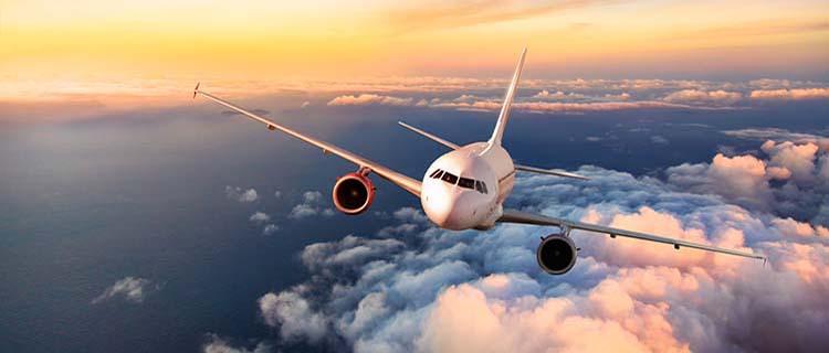朝焼けの空を飛ぶ飛行機
