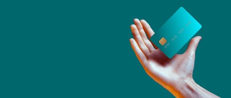 クレジットカードと手の軽快なイメージ