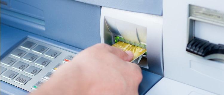 ATMでクレジットカードを使用する