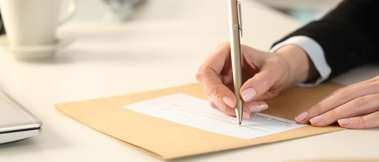 書類にサインをするビジネスマン
